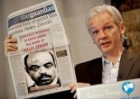 Foto: Assange con giornale The guardian in mano